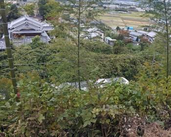 古墳の下を走る奈良線.jpg