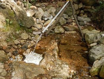 山の水汲み場.jpg