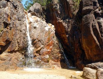 岩を流れ落ちる滝.jpg
