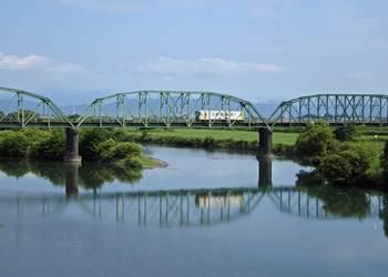 揖斐川の鉄橋を渡る垂水鉄道.jpg