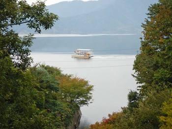 水月湖と観光船.jpg
