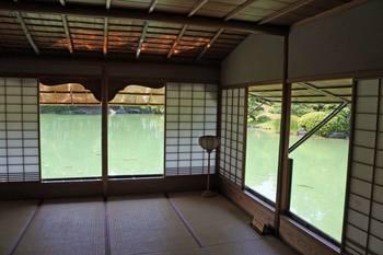 池を見晴らす部屋.jpg