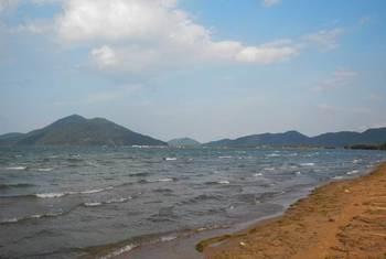 湖岸と波.jpg