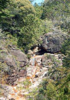 滝と丸い岩.jpg