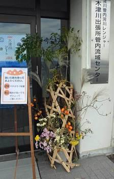 竹籠を利用した花飾り.jpg